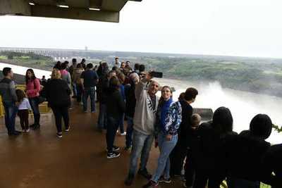 Itaipú: Muchas personas apreciaron vertido de aguas