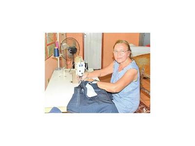 Guaireña enseña confección a mujeres desde hace 43 años