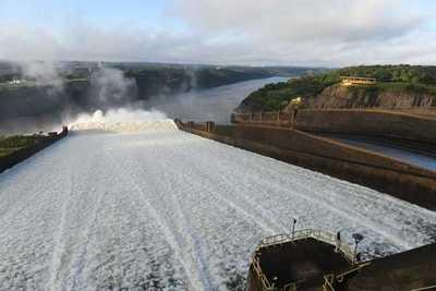 Vertedero de la represa de Itaipu continúa abierto y ofrece una panorámica privilegiada