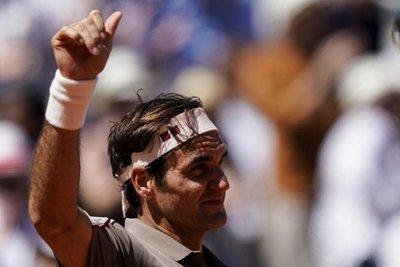 Federer derrota a Mayer y avanza