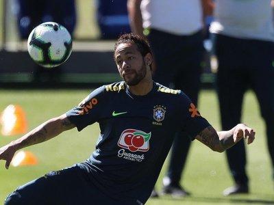 Un Neymar poco sonriente se entrena con Brasil tras acusación de violación