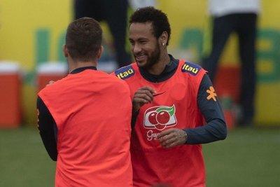 Neymar es arropado por la Seleçao