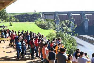 Unas 5.000 personas apreciaron la apertura del vertedero de Itaipú