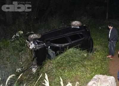 Hombre quedó atrapado tras vuelco de vehículo
