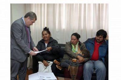 Representantes de pueblos indígenas con titular de la Corte