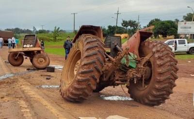 Tractor de parte en dos al ser embestido por camión