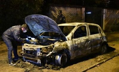 HOY / Sospechoso incendio de un auto en barrio San Miguel