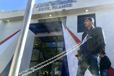 Hombre se encadena frente a la Junta de Franco