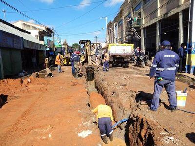 Notifican a comercios que arrojan basuras en colectores cloacales en Luque