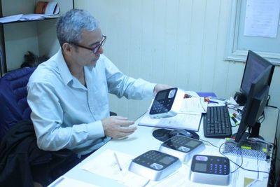 CDE: donan relojes biométricos a comuna para poner fin a planilleros