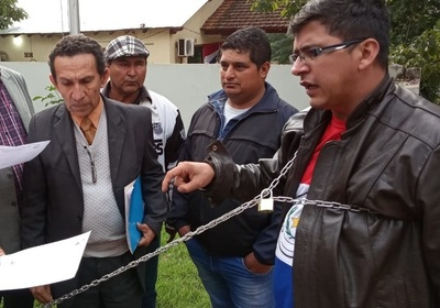 Encadenado por inacción de autoridades ante despojo de terreno municipal para vertedero