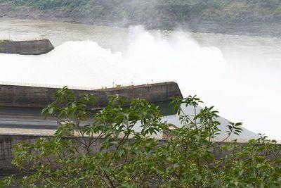 Represa de Itaipú sigue abierta dejando ver un espectáculo