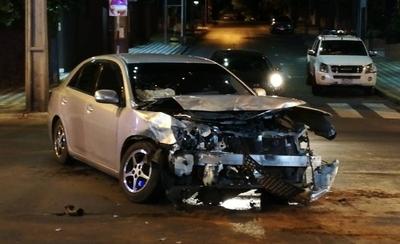 HOY / Camioneta salió de calle transversal y terminó embestida sobre Mcal. López