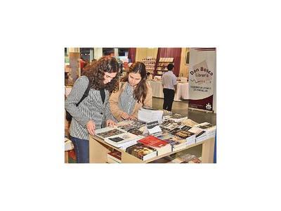 Feria librera presenta títulos de historia y novelas en jornada con charlas y música