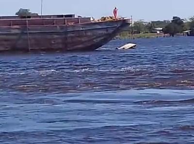 Tres policías se salvan de morir bajo una embarcación