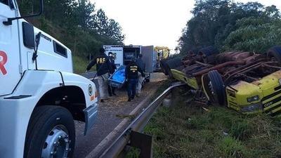 Camionero paraguayo muere en violento vuelco