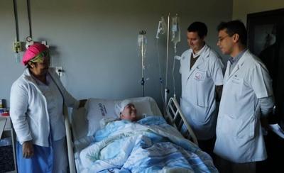 HOY / Paciente sale de alta y pide atención del gobierno para facilitar trasplantes de médula ósea