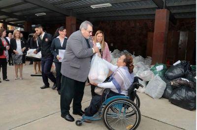 Entrega de donaciones y atención médica en Pilar