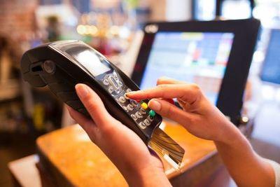 Centros gastronómicos que no acepten tarjetas de créditos incurrirían en una falta legal, según Sedeco