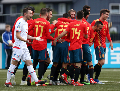 España se acomoda en la cima del grupo F