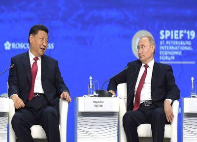 En foro económico, Xi y Putin critican el dominio de EEUU