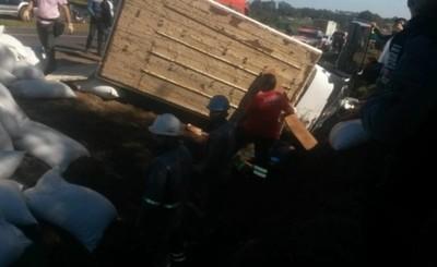 Joven queda atrapado tras volcar con camión