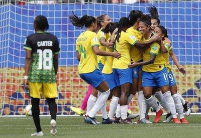 Triplete de Cristiane en debut brasileño
