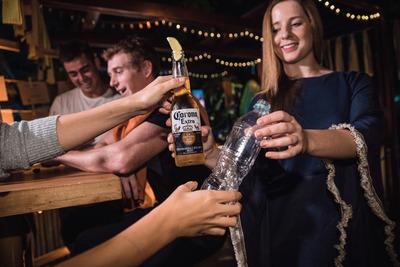 Corona intercambia cervezas por plásticos durante la semana global del océano