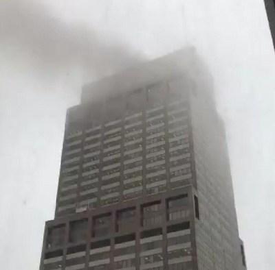 HELICÓPTERO SE ESTRELLA CONTRA UN EDIFICIO DE 54 PISOS EN NUEVA YORK