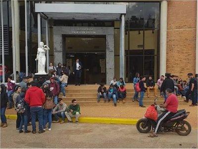 Estudiantes de Veterinaria aguardan resolución de juzgado