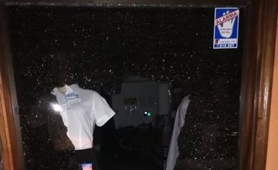 HOY / Rompen blíndex y roban prendas de una tienda en el microcentro