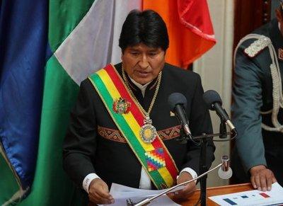 """Evo Morales dice que expresidentes que le cuestionan """"vienen"""" de dictaduras"""