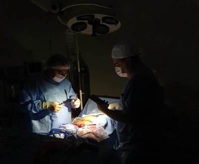 Salud Pública paupérrima: realizan cirugía a la luz de celulares