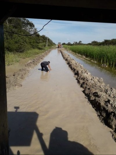 Pobladores siguen reparando caminos chaqueños