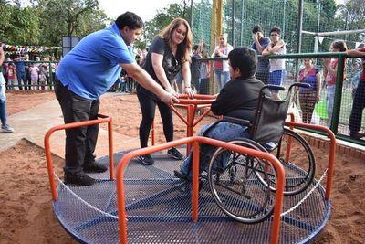 Fernando de la Mora inauguró dos plazas con juegos inclusivos
