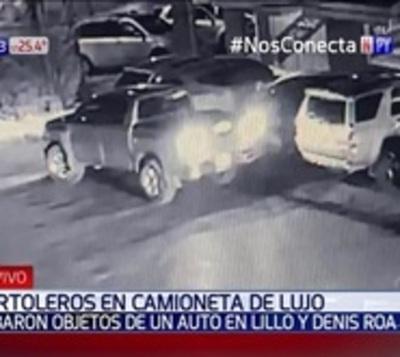 Tortolean vehículos a bordo de una camioneta del año