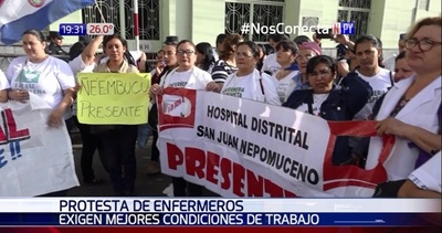Enfermeros se manifiestan frente a Hacienda