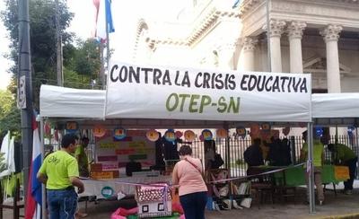 """HOY / Docentes protestan frente al Panteón por """"0 %"""" de ejecución presupuestaria"""