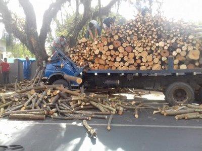 Camión embistió contra un árbol en Caacupé