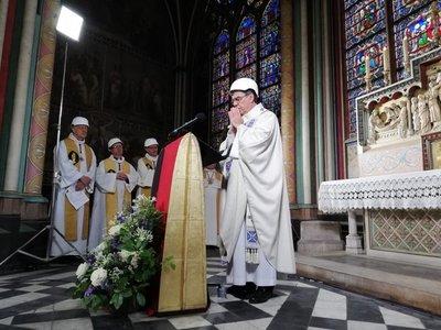 Notre Dame celebra en precariedad su primera misa tras el incendio