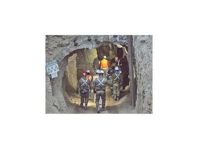 Rescatan con vida a uno de los mineros bolivianos  en Chile