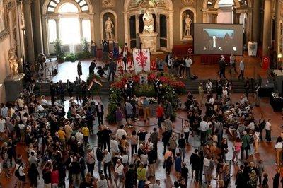 Miles de florentinos rinden homenaje a Zeffirelli