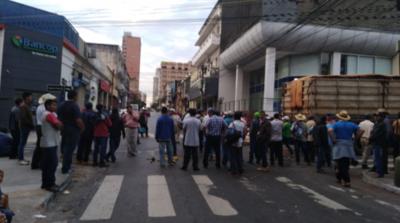 HOY / Campesinos no dan lista y Gobierno reitera que no comprará deudas por motos
