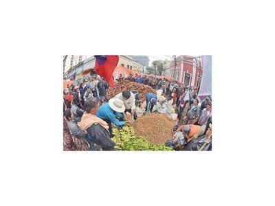 Campesinos rodearon el MAG y el BNF y anuncian marchas para hoy