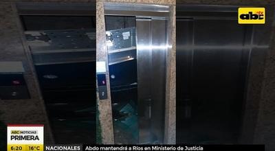Técnico cae con ascensor desde el quinto piso
