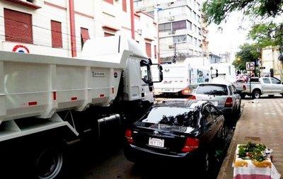Comuna presenta nuevos camiones y causa caos