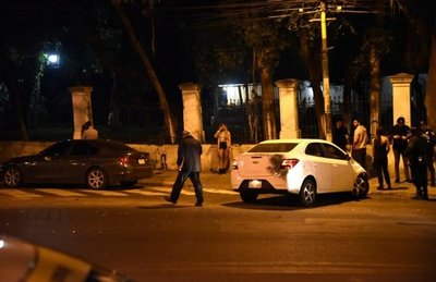 Automóvil choca contra un portón sobre Mcal. López