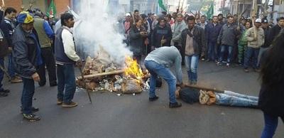 Campesinos presionan con piquetes incendiarios y Judas Kái