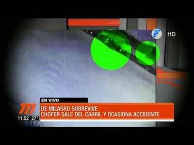 Chofer sale del carril y ocasiona accidente