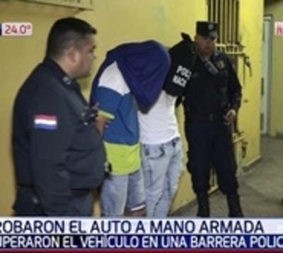 Policía recupera auto robado luego de persecución